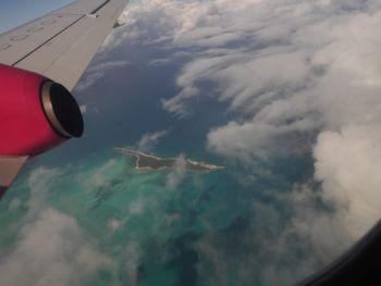 Blick vom Flugzeug auf eine Cay