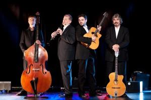 "Das ""Joscho Stephan Trio"" mit Helmut Eisel. v.l.n.r.: Volker Kamp, Helmut Eisel, Joscho Stephan, Günther Stephan) (c) Christian Lang"