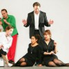 hinten: Michael Nagy (Guglielmo), Daniel behle (Ferrando), Simon Bailey (Don Alonso) vorne: Barbara Zechmeister (Despina), Juanita Lascarro (Fiordiligi), Jenny Carlstedt (Dorabella)