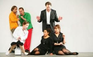 hinten: Michael Nagy (Guglielmo), Daniel behle (Ferrando), Simon Bailey (Don Alonso) vorne: Barbara Zechmeister (Despina), Juanita Lascarro (Fiordiligi), Jenny Carlstedt (Dorabella)