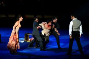 links Tosca (Nadja Michael), Mitte 'Cavaradossi' (Zoran Todorovich), rechts Scarpia (Gidon Saks)