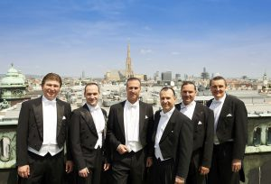 """Die """"Comedian Harmonists Wien"""". V.l.n.r.: Oleg Zalytskiy (Tenor), György Handl (Pianist), Hermann Thyringer (Bass), Martin Thyringer (Bariton), Gerhard Reiterer (Tenor), Johannes Gisser (Bariton)"""