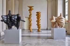 Blick in den Ausstellungssaal mit einigen Skulpturen