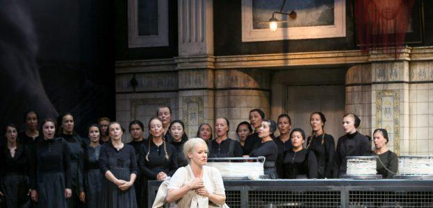 Astrid Weber (Senta) und der Chor des Staatstheaters