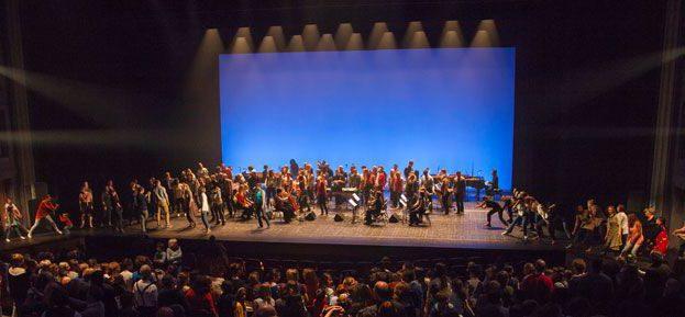 """Typisches Bild der Tanz-Perfomance  """"Music for 18 Musicians"""" der Compagnie MAD"""""""