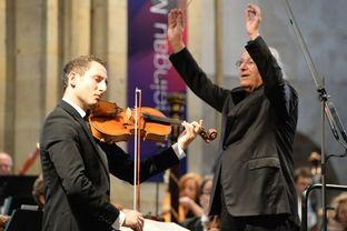 Der Bratschist Antoine Tamestit und Dirigent Eliahu Ingbal